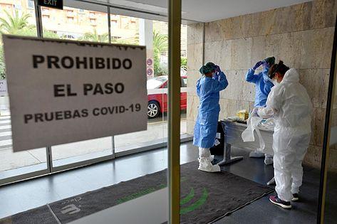 El coronavirus se ceba con los sanitarios andaluces, el 21,5% de los contagiados, con su primera víctima mortal