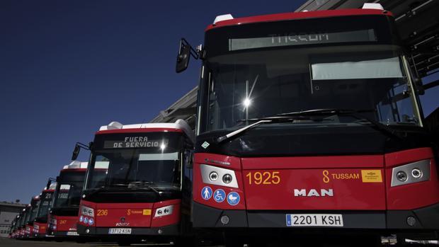 Tussam reduce a la mitad su servicio desde el lunes y el metro funcionará hasta las 23 horas en fin de semana