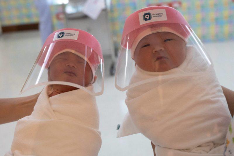 Minipantallas faciales para proteger a los bebés contra el coronavirus