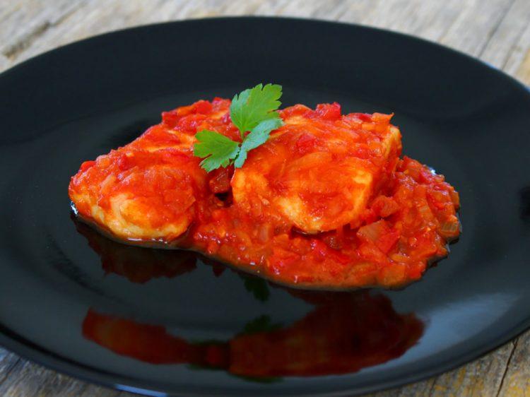 Bacalao con tomate. Receta de Sevilla