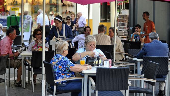 Así abrirán las terrazas de Sevilla: al 50%, dos metros entre mesas y sin cartas