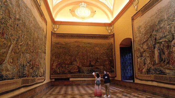 El Real Alcázar reabre el Salón de los Tapices tras la restauración de los textiles y las mejoras en la estancia