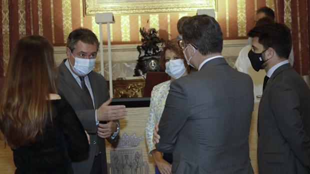 Sevilla firma un pacto con 88 medidas para «resucitar» de la crisis del coronavirus