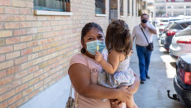 Okupan su piso en Triana mientras trabajaba y se queda en la calle con su hija