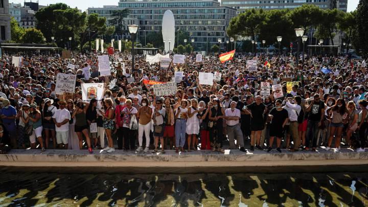 Centenares de personas se concentran en Colón contra las medidas antiCovid sin mascarilla ni distancia