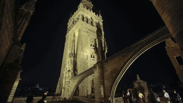 La Catedral y el Alcázar de Sevilla aguantan la crisis del coronavirus y se llenan en verano