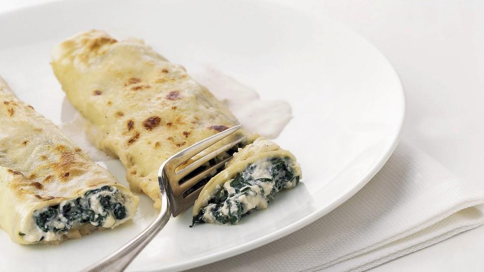 Canelones de espinacas, atún y queso fresco