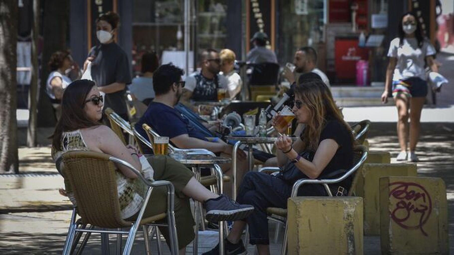 El Gobierno prohíbe fumar al aire libre en toda España, si no se mantiene la distancia de seguridad