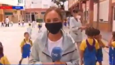 Momento épico en la vuelta al cole: una reportera dice que no hay besos en los patios… y la escena detrás habla por sí sola
