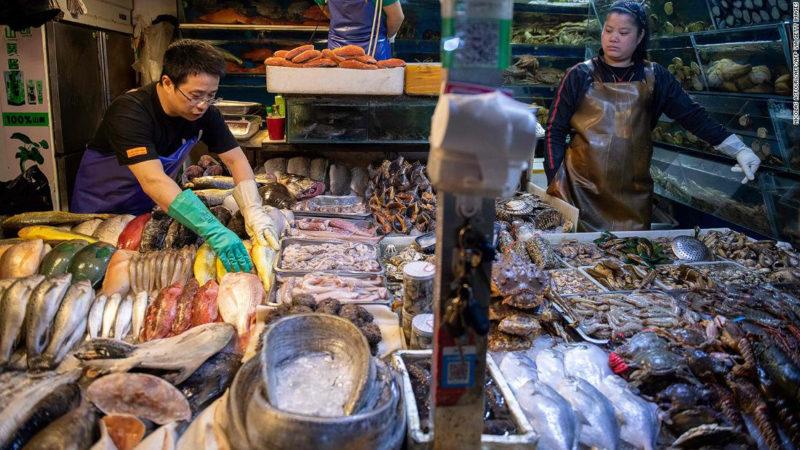 China halla una muestra viva de coronavirus en embalaje de bacalao congelado