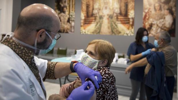El descontrol en la vacunación de la gripe deja a pacientes de riesgo sin dosis en Sevilla