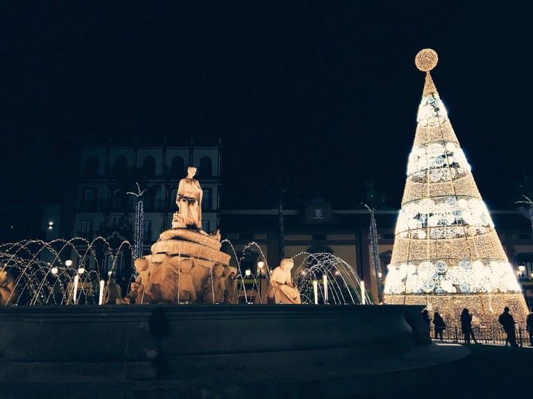 Sevilla enciende el alumbrado navideño por sorpresa y con aplausos