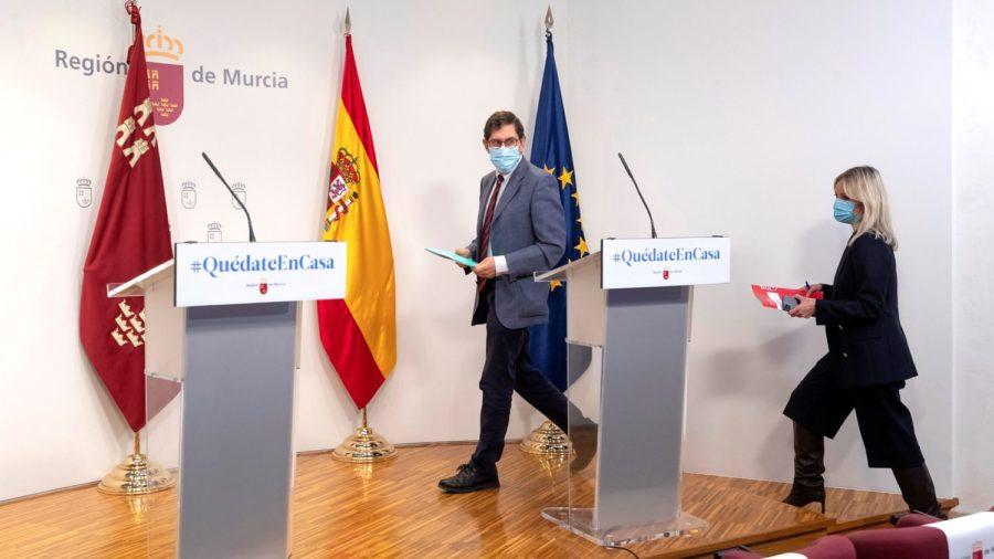 El consejero de Salud de Murcia se disculpa por saltarse el protocolo para vacunarse pero no dimite