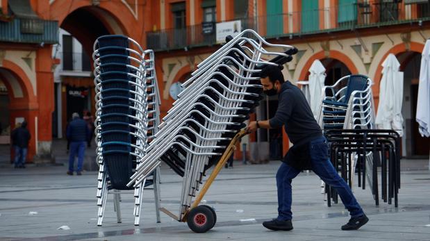 Las tres olas del coronavirus en Andalucía han llevado ya a la quiebra a 18.000 bares y restaurantes