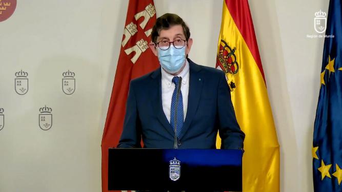 Dimite el consejero de Salud de Murcia tras vacunarse contra la covid-19