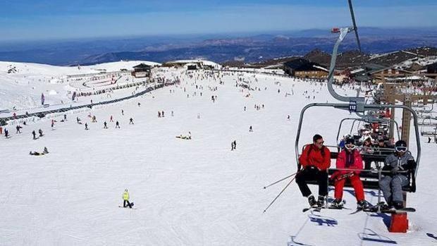 Sierra Nevada permanecerá abierta, aunque con una oferta esquiable muy reducida