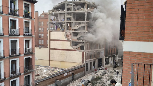 Al menos tres muertos tras una gran explosión en un edificio de la calle Toledo en Madrid mientras revisaban una caldera