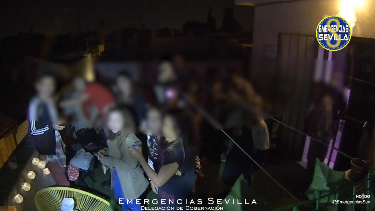 Denunciadas 15 personas que celebraban una fiesta en una azotea de la calle Feria