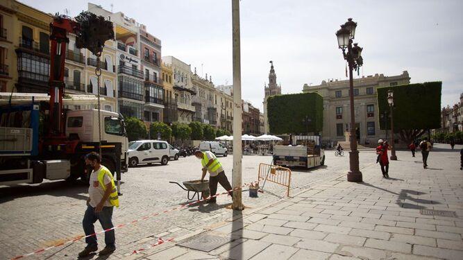Preparativos en el centro de Sevilla para la 'no Feria de Abril'