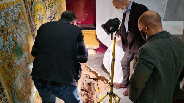 Hallan un sarcófago con los restos de una niña en la capilla del Palacio Gótico del Alcázar de Sevilla