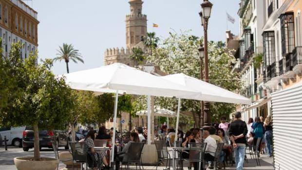Bares y restaurantes del Centro de Sevilla recrearán el ambiente de la Feria con música, sevillanas y farolillos