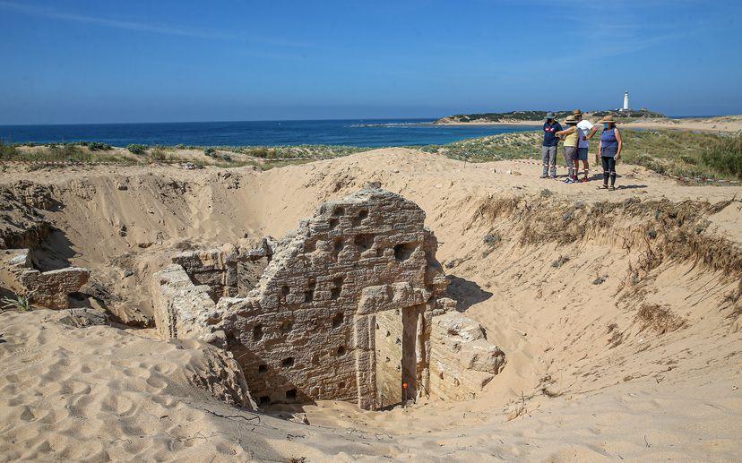 Descubiertas una tumba megalítica, una villa y unos baños romanos en el cabo de Trafalgar