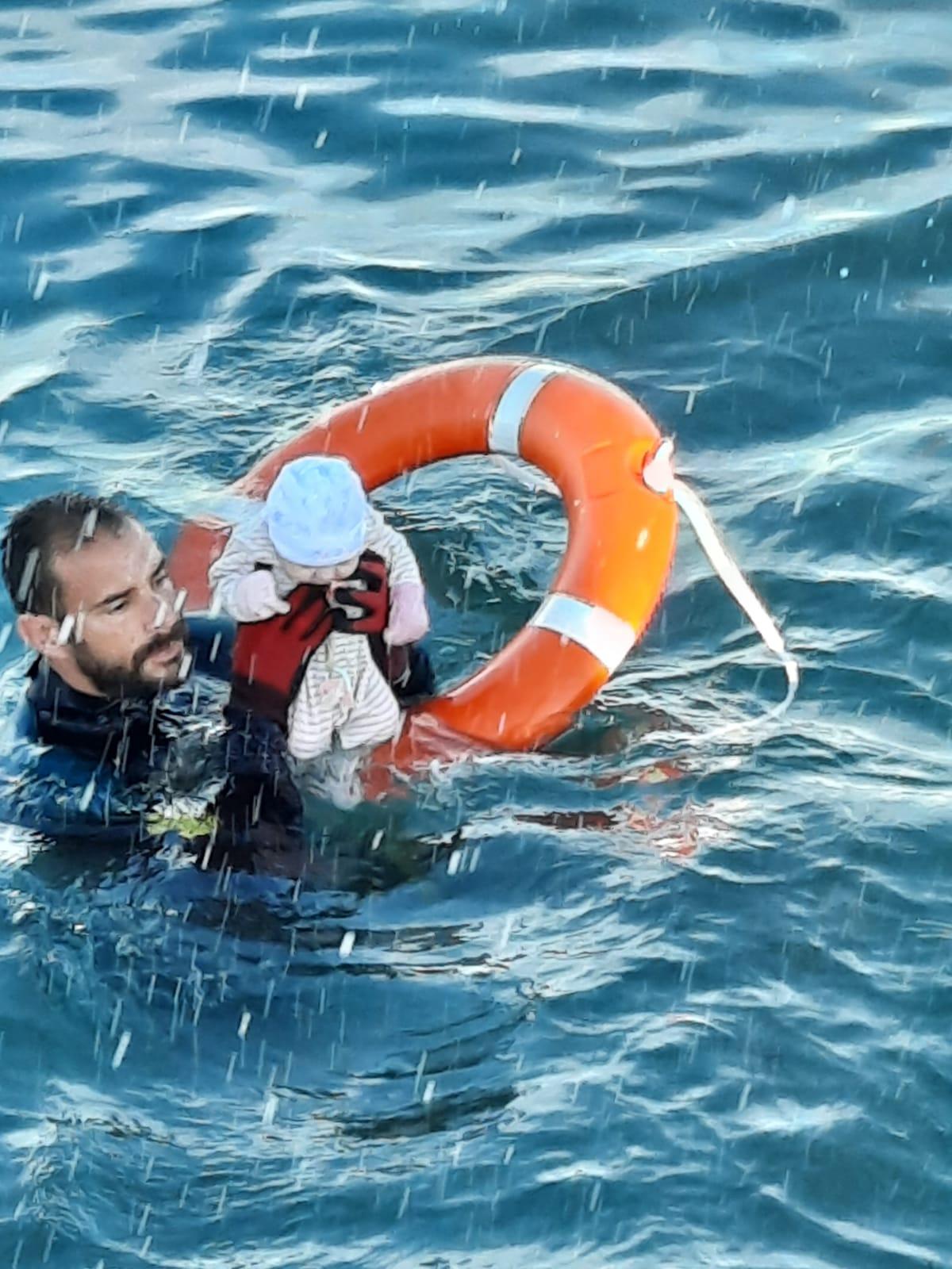 «El padre no podía con el bebé, se ahogaban, el guardia lo salvó»