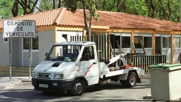 Roba su propia furgoneta del depósito de vehículos de Sevilla tras llevársela la grúa