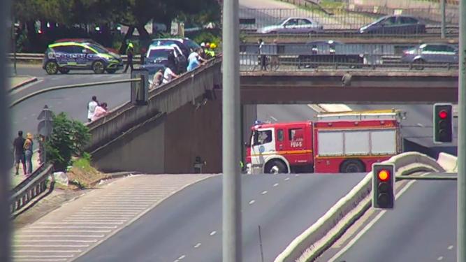 Los bomberos vuelven a salvar la vida al hombre que quería tirarse desde un puente en la Ronda Urbana Norte hace una semana