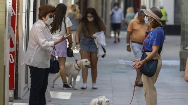La Junta de Andalucía recomienda seguir con la mascarilla al aire libre y quiere regular su uso