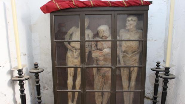 El apasionante misterio de las tres momias de la iglesia de Santiago el Mayor de Utrera