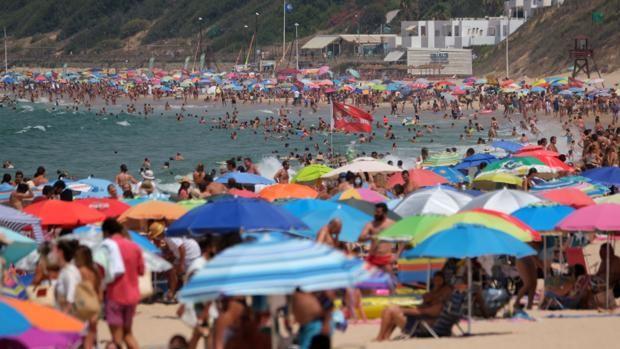 El turismo familiar en las playas de Andalucía salva la temporada